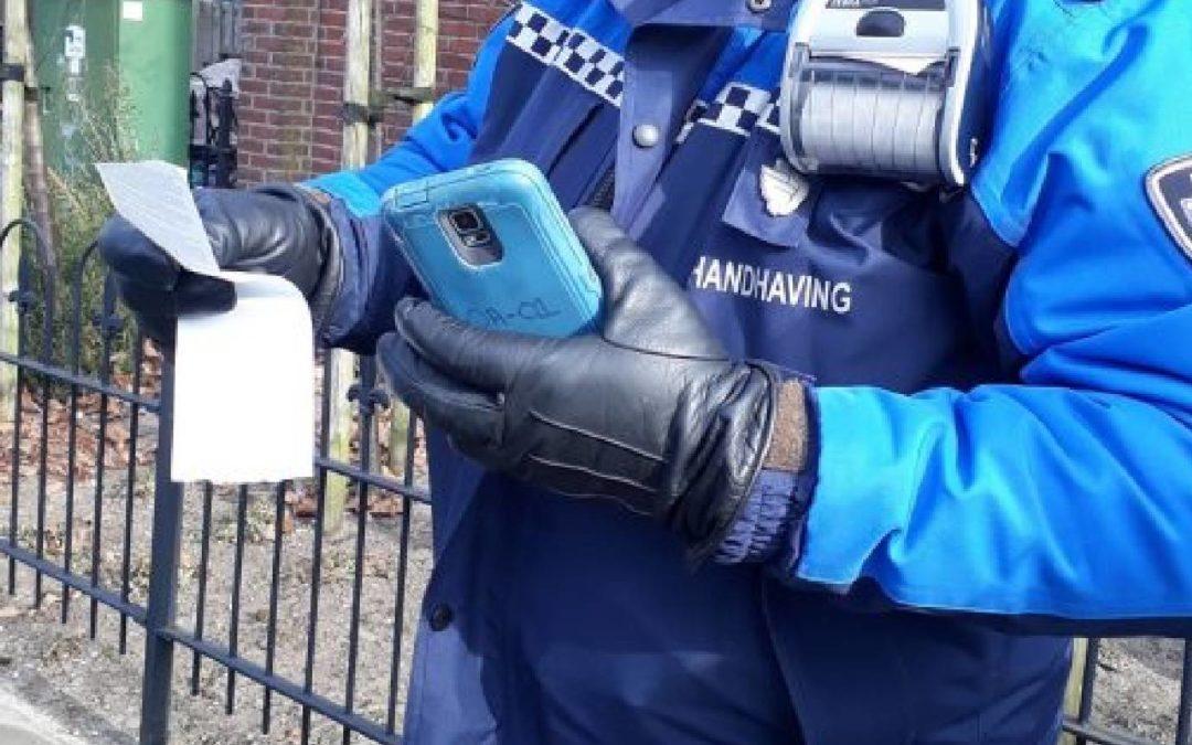 Gemeentelijk Blauw. Het dagelijks werk van gemeentelijke handhavers in beeld, 2013. Amsterdam: Reed Business.